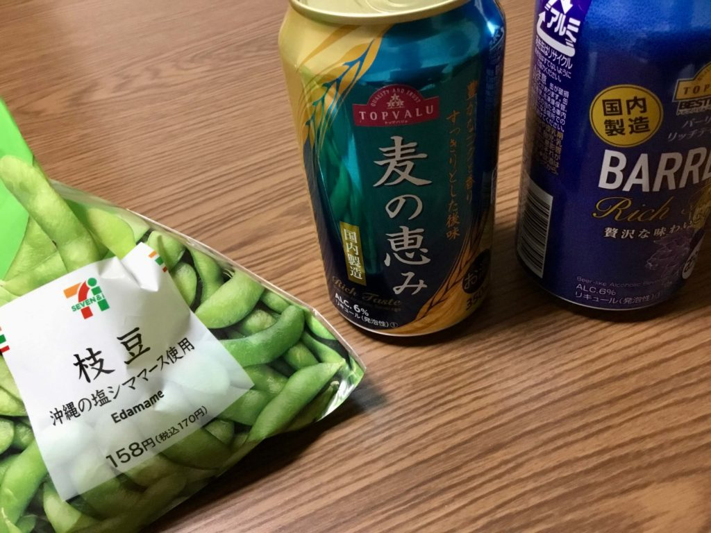 the-pjoto-of-evening-drink-with-edamame